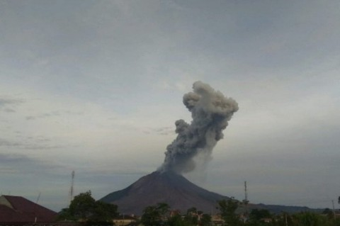 Gunung Sinabung Semburkan Abu Vulkanik Setinggi 2.000 Meter