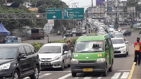 Dipadati Kendaraan, Lalu Lintas di Puncak Diberlakukan Satu Arah