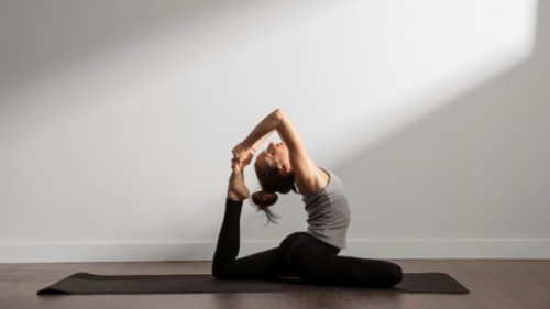 Ini manfaat hot yoga. (Foto: Ilustrasi/Freepik.com)