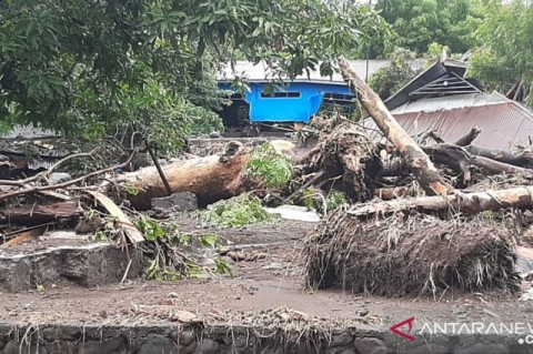 Jenazah Korban Banjir Flores Timur Dimakamkan Massal