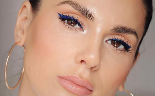 Untuk membuat tampilanmu berbeda dari biasanya, kamu bisa memilih eyeliner berwarna biru untuk menunjang kecantikanmu. (Foto: Dok. Youtube/Ali Andreea)