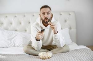 Apakah Menatap Layar Televisi Terlalu Dekat Bisa Merusak Mata?