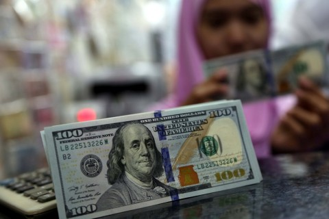 Dolar AS Jatuh ke Titik Terendah