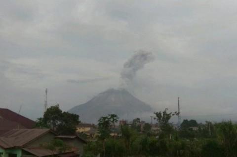 Gunung Sinabung Erupsi Luncurkan Abu Vulkanis Sejauh 1.000 Meter