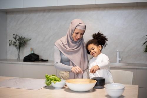Melakukan aktivitas menyenangkan seperti masak bersama, membuat kue dan takjil dapat mengalihkan fokus anak terhadap rasa lapar dan haus. (Ilustrasi-Pexels)