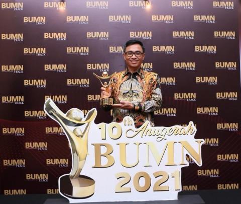Dirut Pos Indonesia Raih Penghargaan CEO Terbaik Driving Transformation