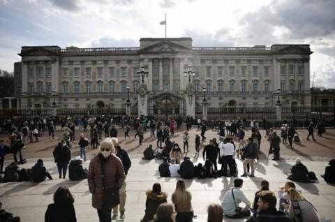 Diminta Tidak Berkerumun, Warga Tetap Datang ke Istana Buckingham