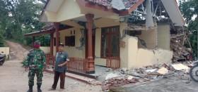Ratusan Warga Desa Wirotaman Malang Menempati Tenda Darurat