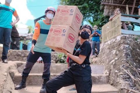 Keren, Jadi Relawan Bencana NTT, Awkarin Banjir Pujian dari Netizen