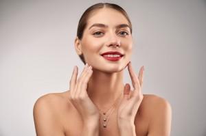 Alasan 'Menepuk' Wajah Penting untuk Diterapkan dalam Rutinitas Kecantikan Wajah