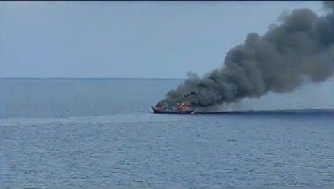 Kapal Nelayan Terbakar di Laut Jawa