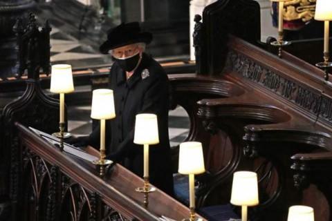 Ratu Elizabeth Duduk Sendirian Dekat Altar saat Pemakaman Suaminya