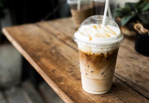 Cara minum kopi yang seperti ini tak baik kata ahli. (Foto: Ilustrasi/Freepik.com)