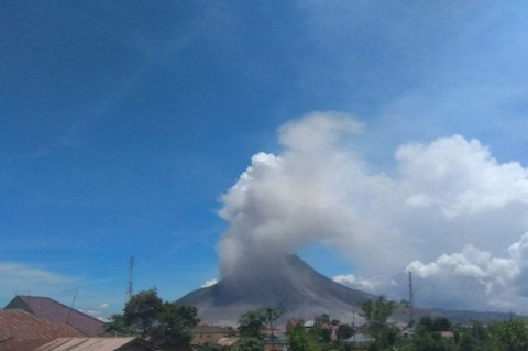 Populer Daerah, Gunung Sinabung Erupsi Hingga Api Abadi Mrapen Dicoba Dihidupkan Kembali
