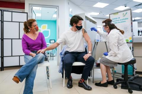 PM Kanada Justin Trudeau dan Istrinya Disuntik Vaksin AstraZeneca