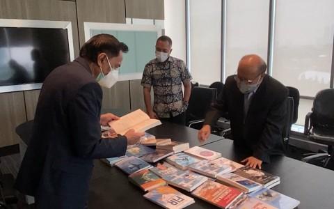 Chappy Hakim Sumbang Buku ke Perpustakaan Media Group