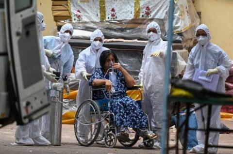 Pasien Covid-19 India Bertahan di Tenda Darurat untuk Dapatkan Oksigen