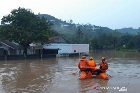 Diguyur Hujan 2 Jam, 10 Rumah di Mande Cianjur Terendam Banjir Hingga 2,5 Meter