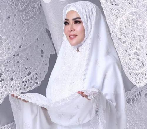 Mukena Fatimah Syahrini berwarna putih ini termasuk yang selalu menjadi best seller. (Foto: Dok. Instagram/@fatimahsyahrini)