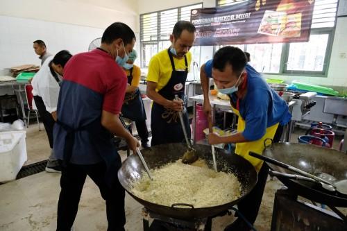 Sasa membuat 20 ribu porsi nasi goreng yang dimasak secara massal untuk dibagikan kepada warga sekitar. (Foto: Sasa)