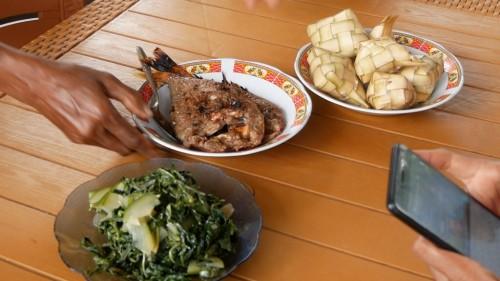 KETUPAT IKAN BAKAR merupakan kuliner yang sering ditemukan di pondok kuliner di Pulau Lembata. (Foto: Arthurio Oktavianus)