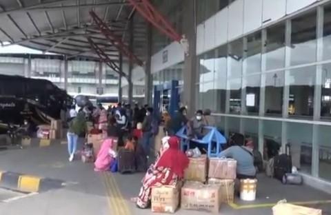 Hindari Larangan Mudik, Calon Penumpang Terus Padati Terminal Pulo Gebang
