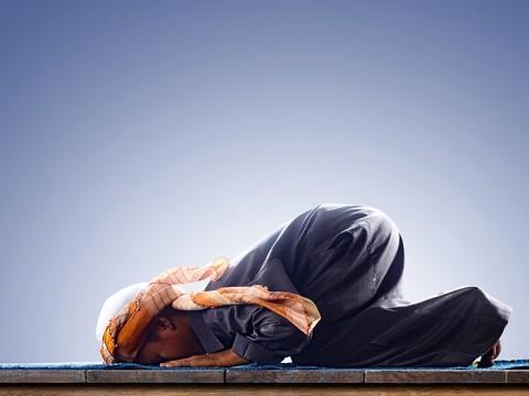 Seruan Disiplin Protokol Kesehatan di Masjid dengan Sajadah Pribadi