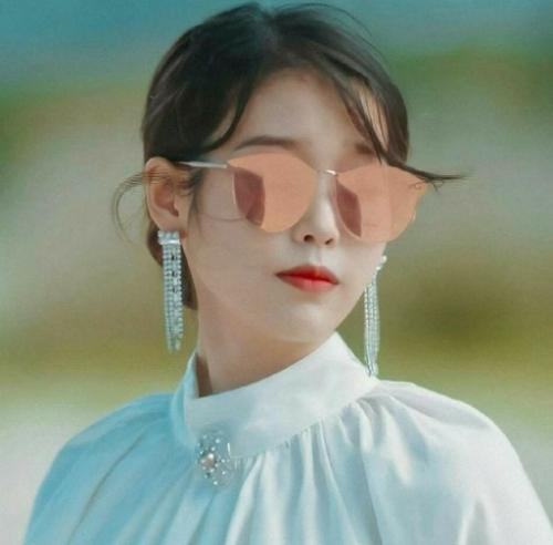 Salah satu kacamata paling keren yang digunakan IU dalam drama Hotel Del Luna. (Foto: Dok. Instagram/@k-drama)