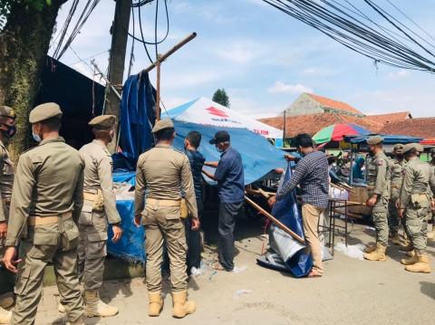 Meresahkan, Satpol PP Kota Bogor Bongkar Paksa Puluhan Lapak PKL Musiman