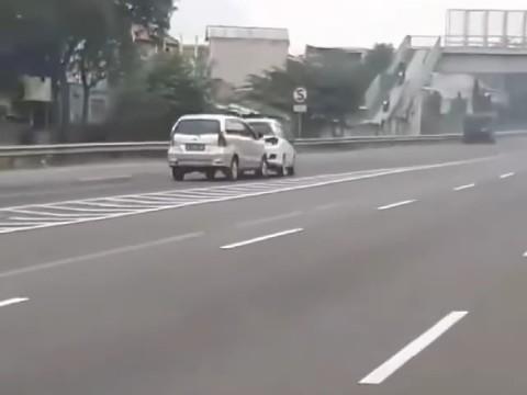 Viral, 2 Mobil Kejar-kejaran di Tol Buahbatu