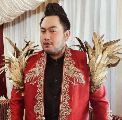 Nassar memiliki selera fesyen yang unik di setiap aksi panggungnya. (Foto: Dok. Instagram/@kingnassar88)