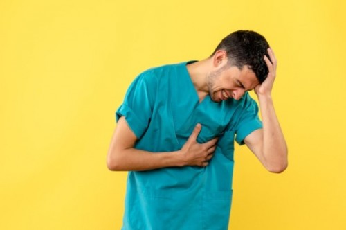Pada umumnya gejala dari penyakit jantung koroner diantaranya keringat dingin, nyeri dada, dan mual. (Foto: Ilustrasi/Freepik.com)