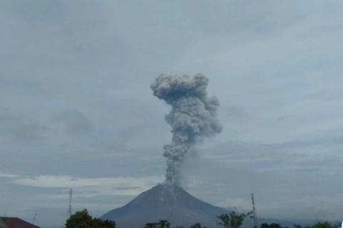 Gunung Sinabung Erupsi, Semburkan Abu Vulkanis Setinggi 2.800 Meter