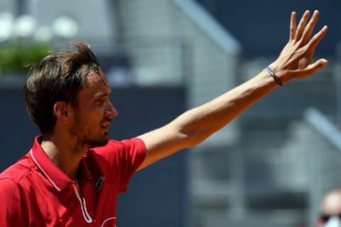 Madrid Open: Medvedev dan Tsitsipas Gugur di Babak 16 Besar