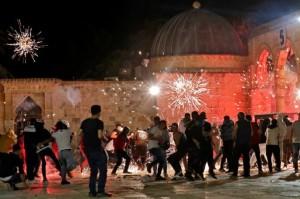 Populer Internasional: Bentrokan di Masjid Al-Aqsa Lukai Ratusan Orang