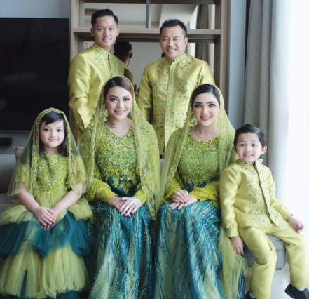 Keluarga A6 yang diketuai oleh Anang Hermansyah termasuk yang senang mengenakan sarimbit di berbagai momen termasuk lebaran. (Foto: Dok. Instagram@ashanty_ash)