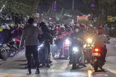 Timbulkan Kerumunan, Polisi Kembali Loloskan Pemudik di Pos Kedungwaringin