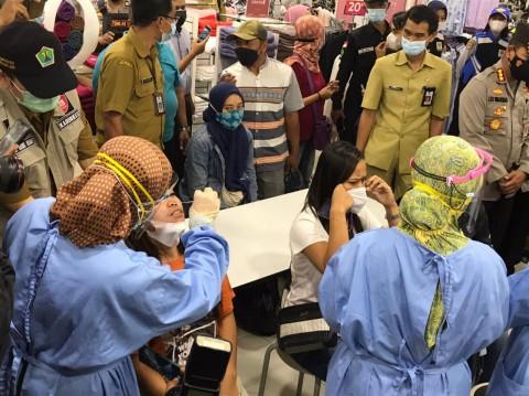 Pemkot Malang Lakukan Tes Swab Acak pada Pengunjung Mal