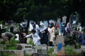Meski Dilarang, Sejumlah Warga Tetap Berziarah di TPU Menteng Pulo