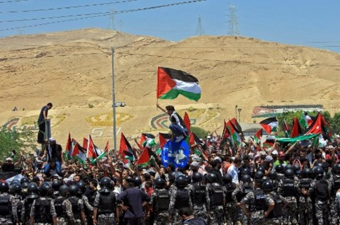 Bawa Bendera Palestina, Ratusan Warga Yordania Kecam Agresi Israel