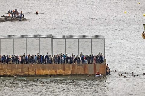 Pasukan Spanyol Cegat 8.000 Imigran yang Masuk via Maroko
