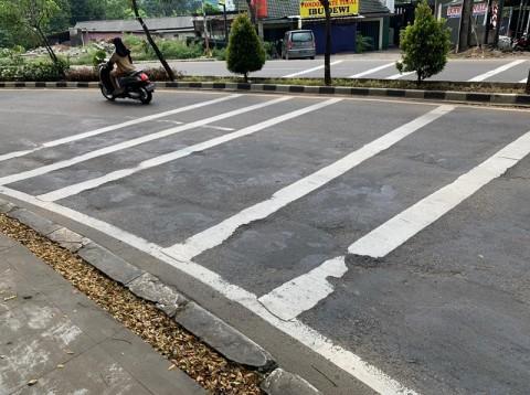 Pengendara Keluhkan Jalan Rusak di Depan Kantor Walkot Tangsel
