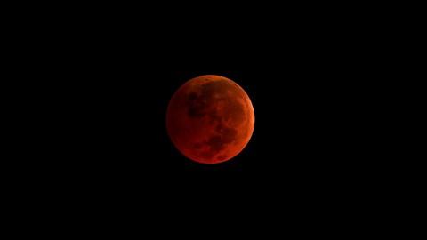 Hanya 195 Tahun Sekali, Saksikan Gerhana Bulan Total Malam Ini