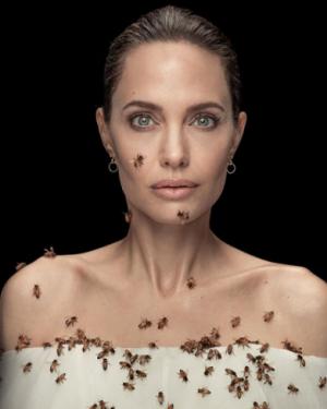 Keren! Peringati Hari Lebah Sedunia, Angelina Jolie Rela Dikerumuni Lebah