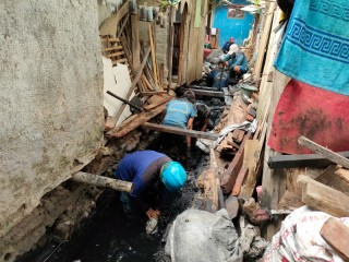 Antisipasi Banjir, Saluran Air di Kelurahan Kebon Kosong Diperbaiki