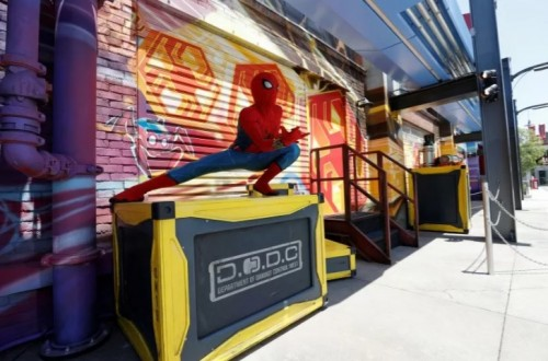 Atraksi Spiderman mencuri perhatian pengunjung disneyland. (Foto: Antara/Reuters/Mario Anzuoni)