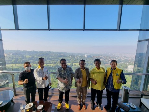 Ridwan Kamil Berbaju Kuning Bertemu Airlangga, Dukungan 2024?