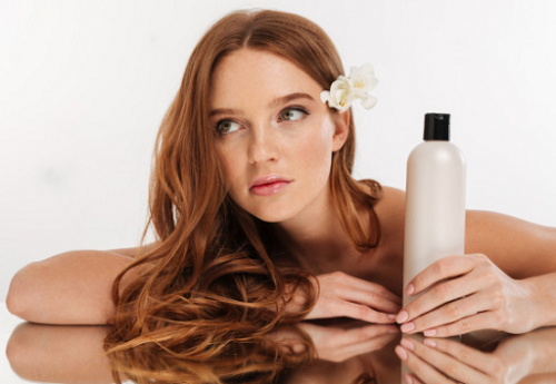 Menggunakan hair spray, krim, serum, dan produk rambut lainnya dapat menyebabkan penumpukan pada kulit kepala, sehingga mengakibatkan kelebihan lemak. (Foto: Ilustrasi. Dok. Freepik.com)