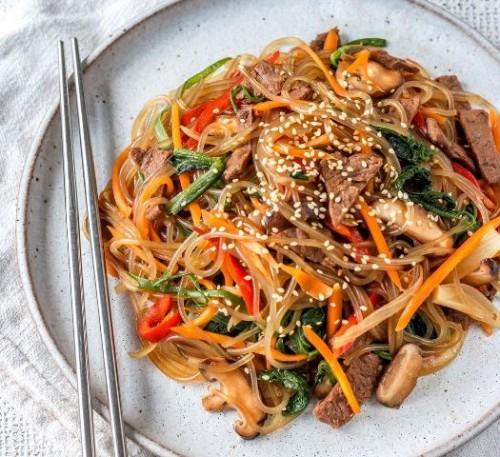 Berikut ini resep japchae khas Korea yang bisa kamu coba di rumah. (Foto: Dok. Instagram Cherie Tu/@thrivingonplants)