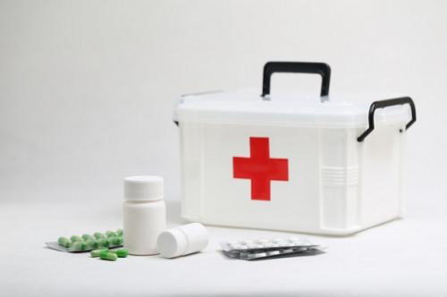 Setiap rumah pasti memiliki kotak P3K (Pertolongan Pertama Pada Kecelakaan) yang bisa digunakan dalam keadaan darurat.   (Foto: Ilustrasi. Dok. Freepik.com)